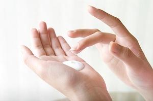 Можно ли мазать лицо кремом для рук
