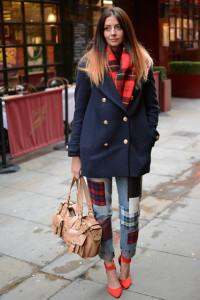 носить шарф с синим пальто