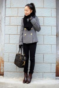 носить шарф с серым пальто