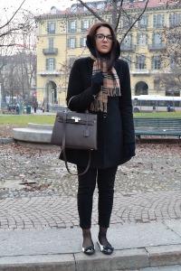 носить шарф с черным пальто