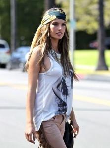платок на голове в стиле хиппи фото