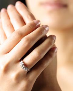 Можно ли носить кольцо на безымянном пальце правой руки незамужней девушке