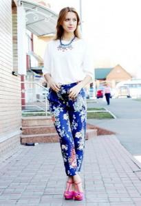 с чем носить брюки с цветочным принтом фото
