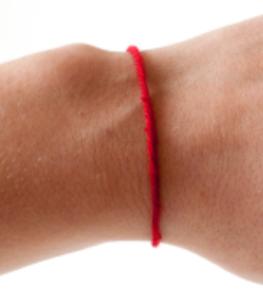 Зачем носят красную нитку на запястье