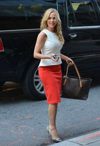 С чем носить красную юбку-карандаш фото